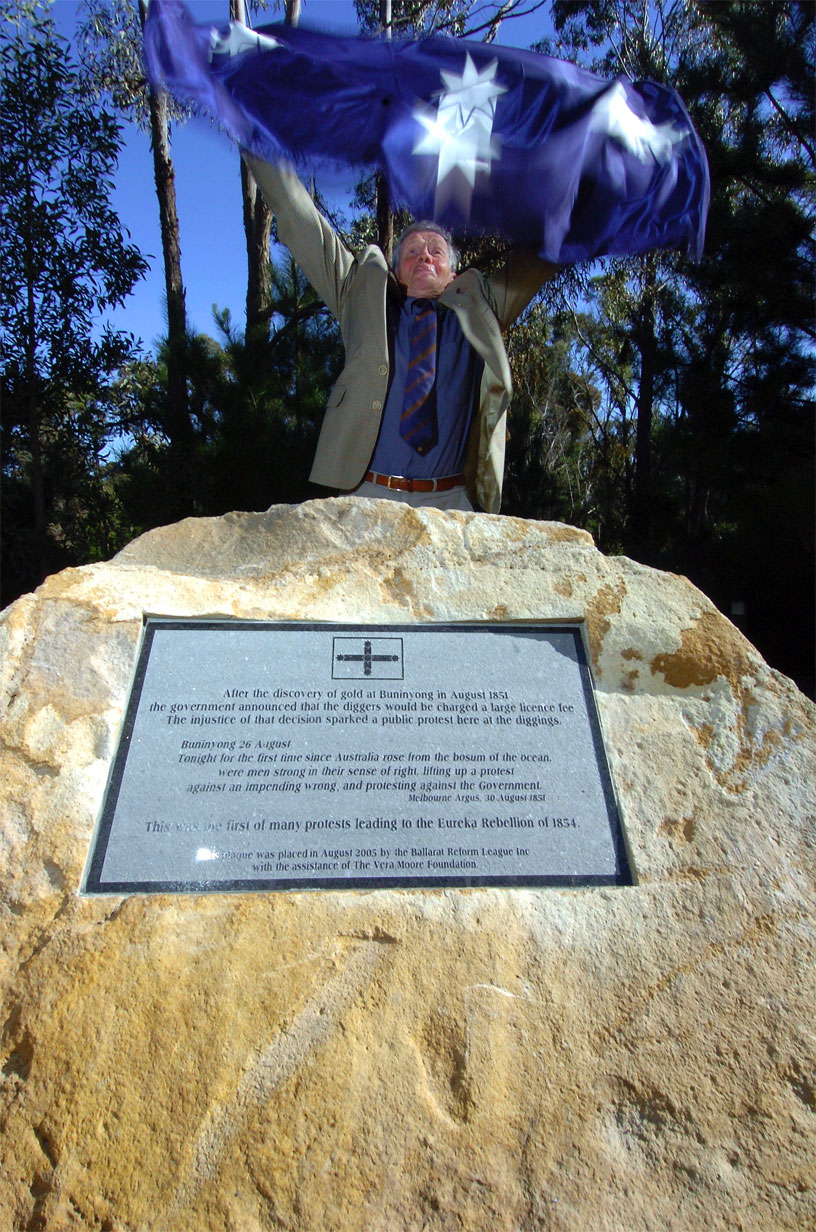 Weston Bate unveiling the BRL plaque at Buninyong